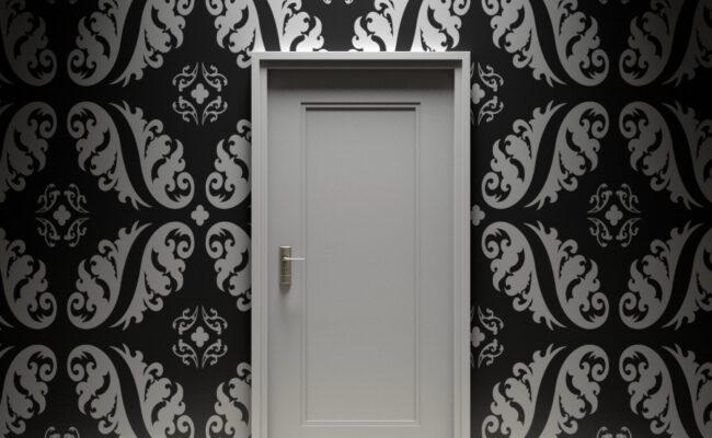 zagadki za drzwiami pokoju